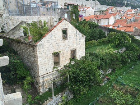 dubrovnik-wall-abandoned-house