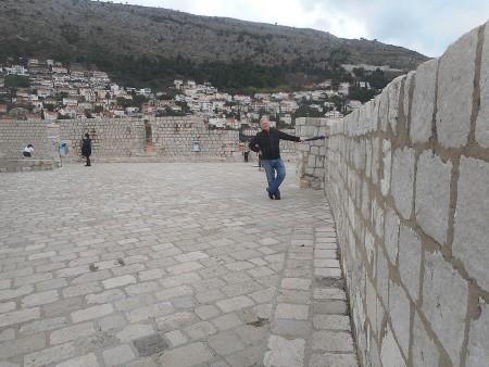 dubrovnik-wall-walkway-courtyard